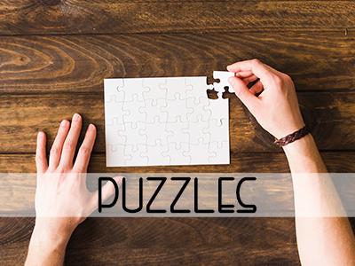 Mano colocanndo pieza de puzzle